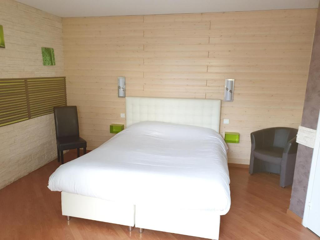 A bed or beds in a room at Castor Hotel