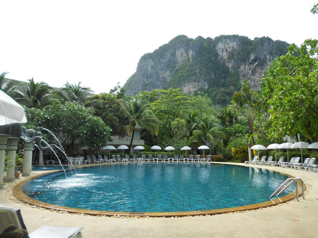 The swimming pool at or close to Golden Beach Resort