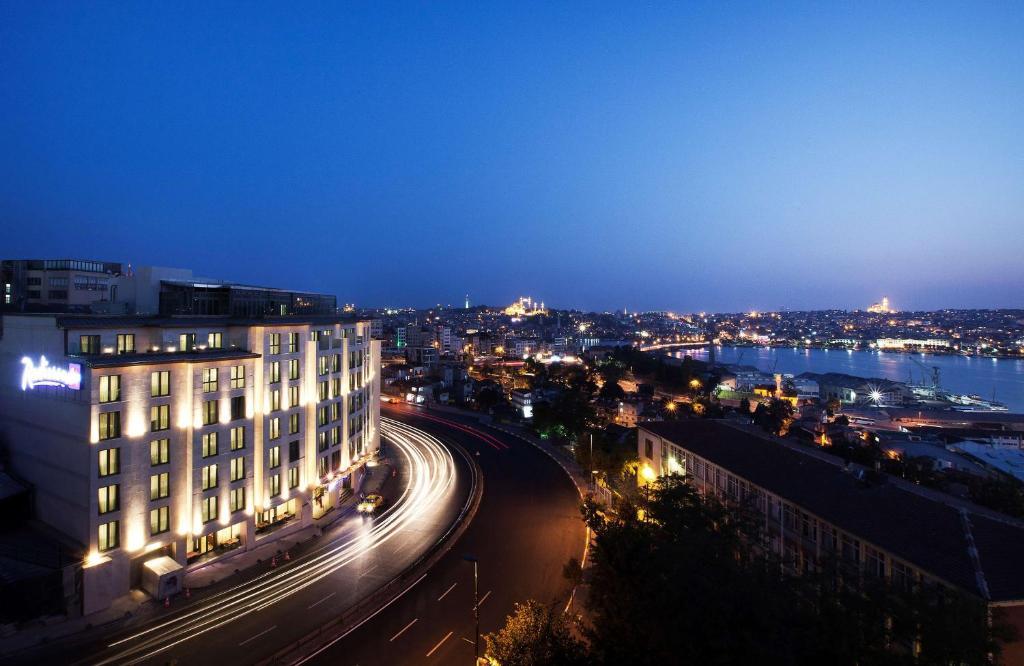 Een luchtfoto van Radisson Blu Hotel Istanbul Pera