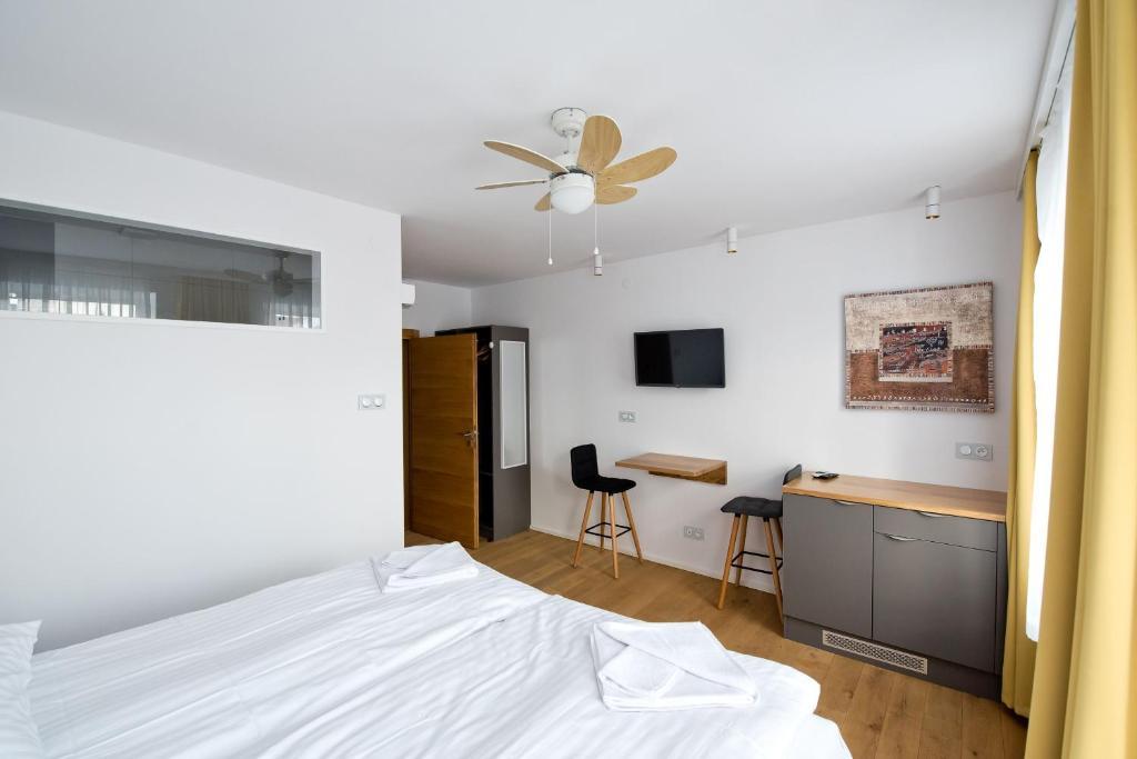 Salon Win Wine Bar & Apartments