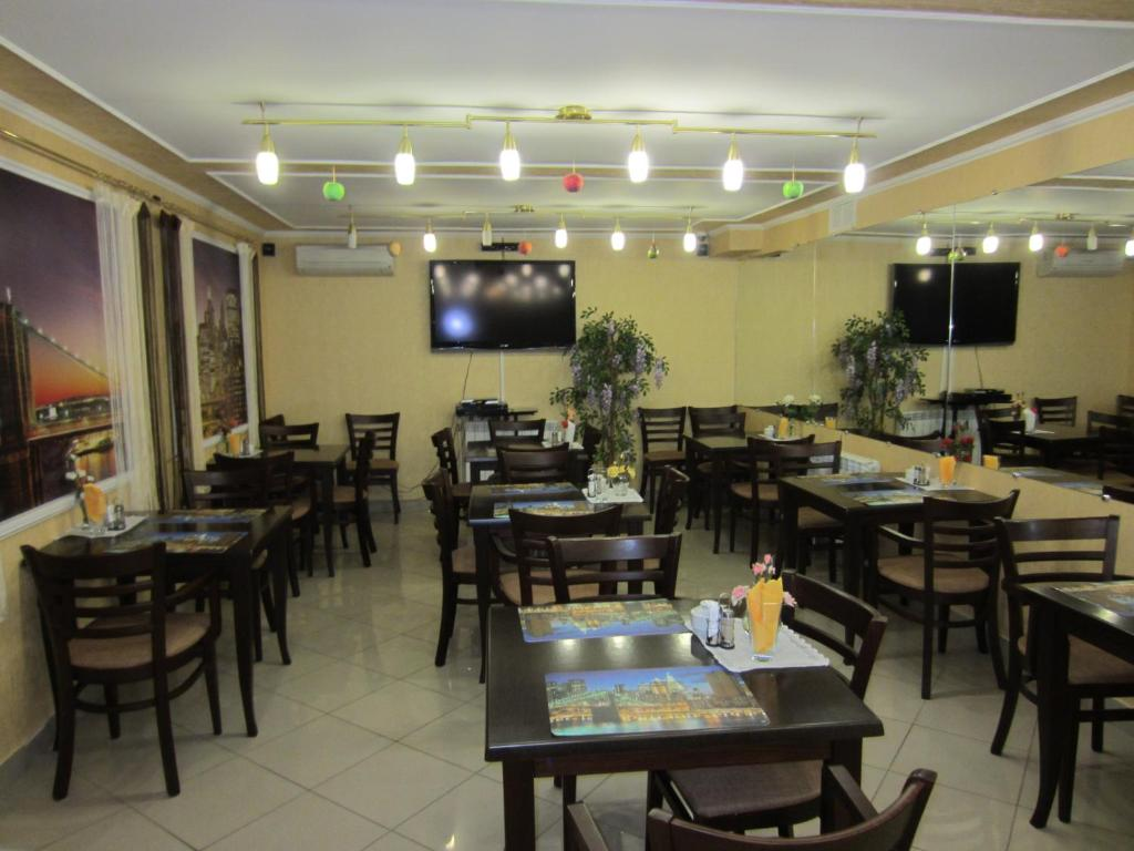 A restaurant or other place to eat at Gostinitsa Borey