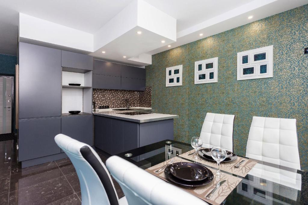 A kitchen or kitchenette at Apartment Roomer 6