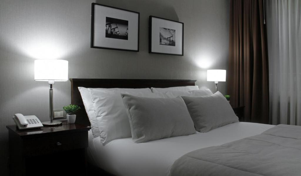 A bed or beds in a room at Hotel 8 de Octubre
