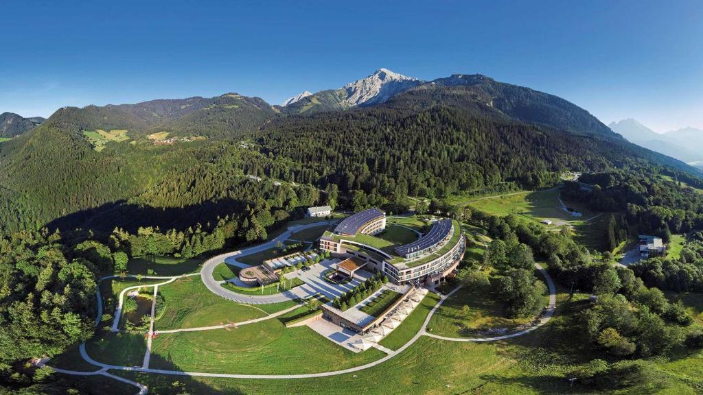 Een luchtfoto van Kempinski Hotel Berchtesgaden