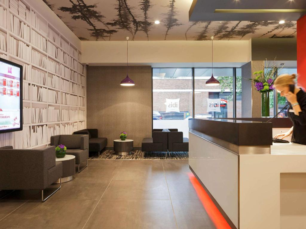 The lobby or reception area at ibis London Shepherds Bush - Hammersmith