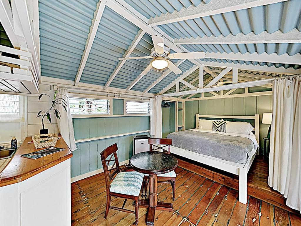 New Listing! Ohana Studio - Steps to Lanikai Beach cabin