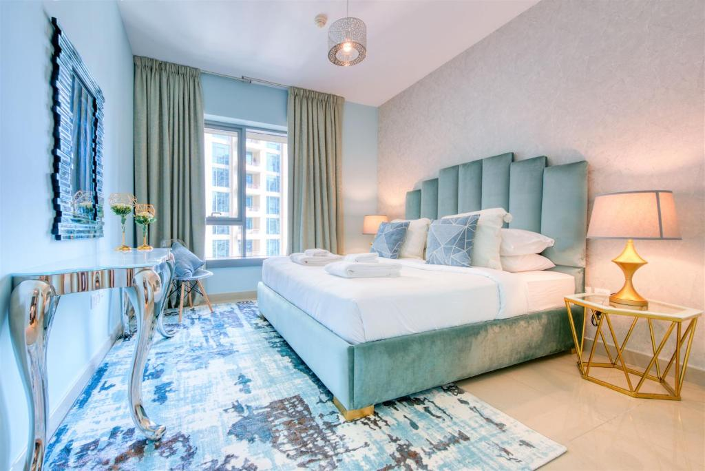 A bed or beds in a room at Bella Vista - 29 Boulevard Downtown Burj Khalifa