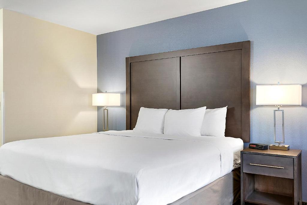 A bed or beds in a room at Days Inn by Wyndham Ellensburg Conference Center