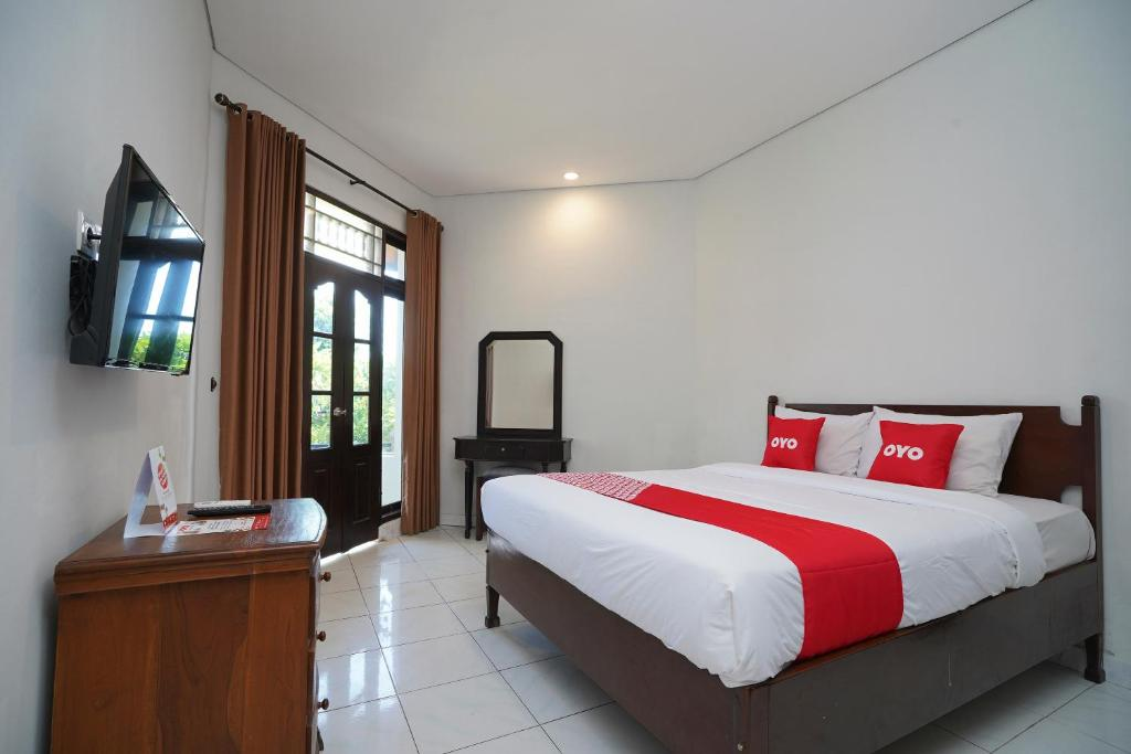 A bed or beds in a room at OYO 2122 Puri Sanur