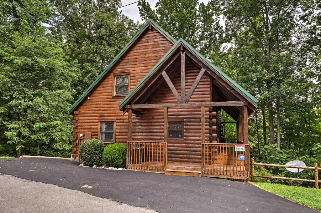 Sevierville Cabin w/ Hot Tub - 9 Mi. to Dollywood!