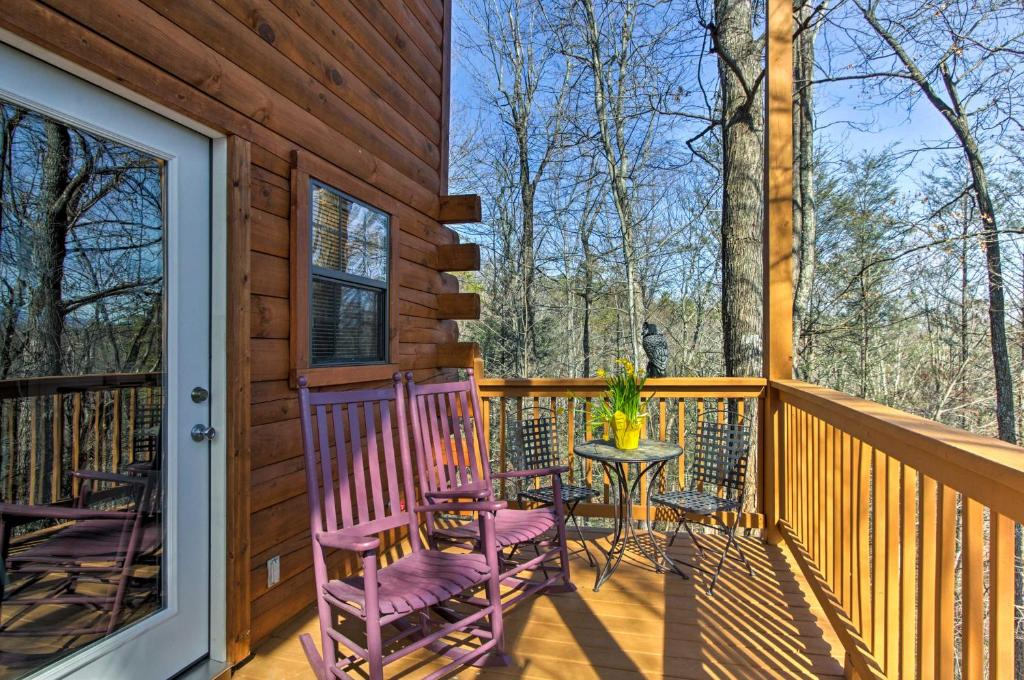 Studio Cabin with Loft & Hot Tub Less Than 5 Mi to Downtown!