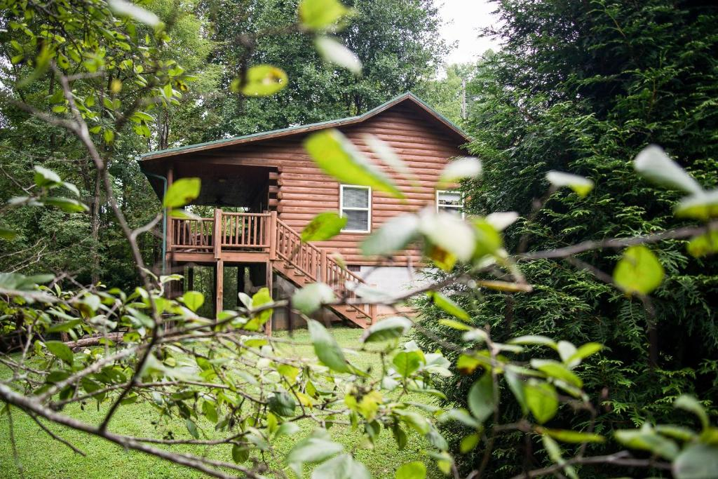Creekside Bryson City Cabin with Hot Tub!