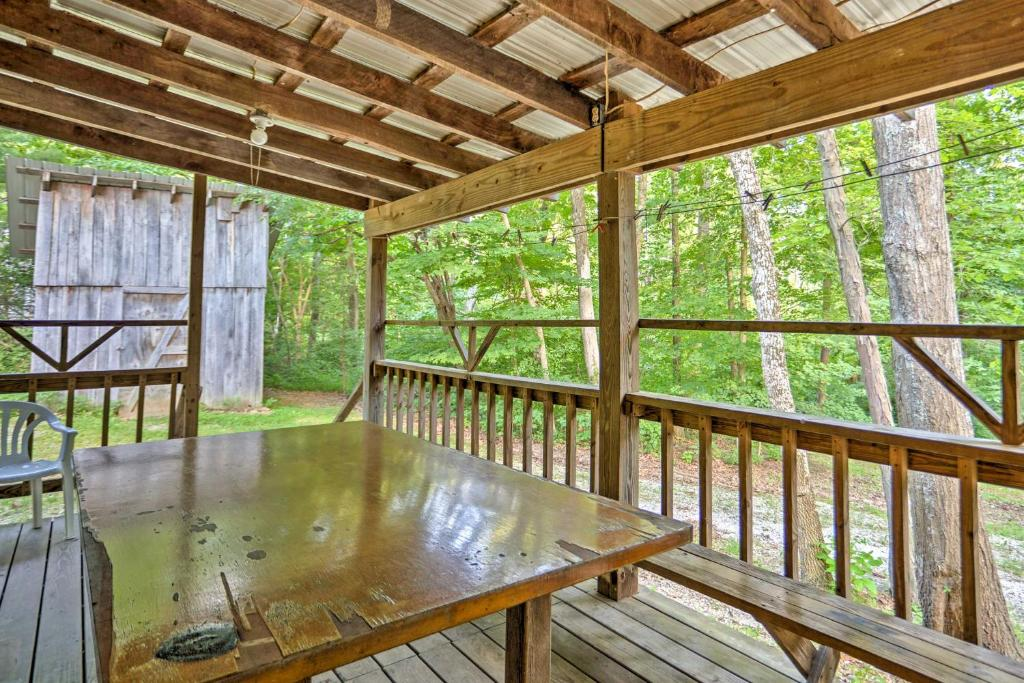 Rustic Taswell Cabin with Wooded Views -Walk to Lake!