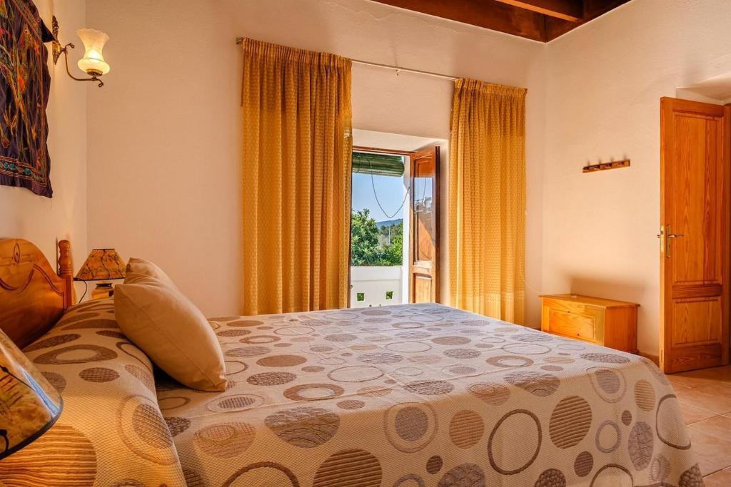 A bed or beds in a room at Espaciosa Villa Con Piscina Privada