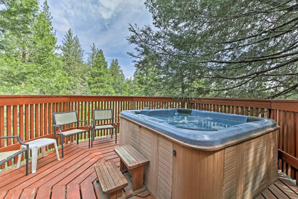 Cozy Cabin with Hot Tub and Lake Arrowhead Passes!