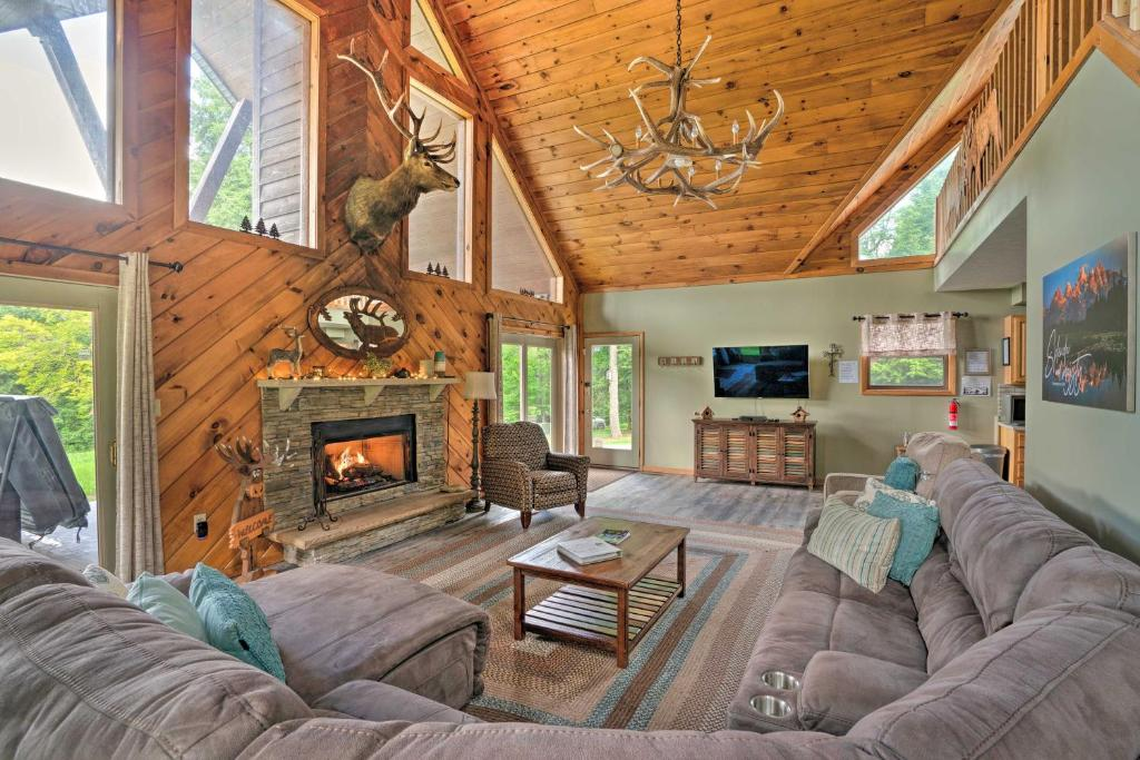 3-Acre Benezette Cabin with Hot Tub, Grill & Mtn View