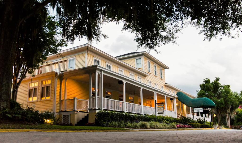 Lakeside Inn on Lake Dora Is OPEN, Offering Indoor and Outdoor Dining Options