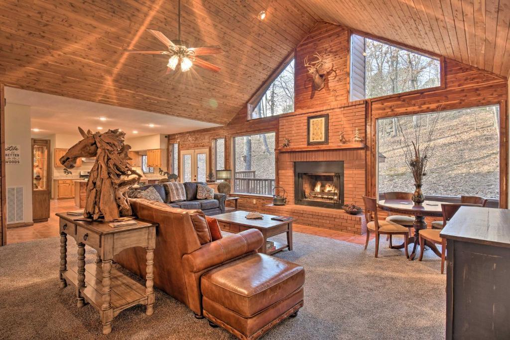 Luxury Hot Springs Cabin with Deck Near Lake Hamilton