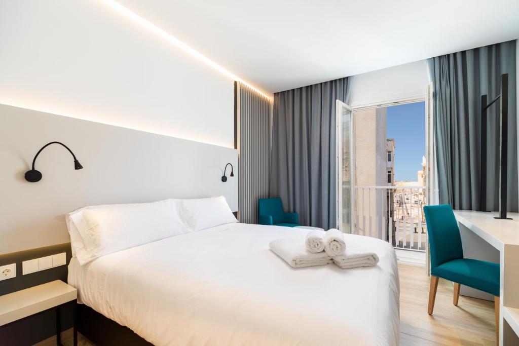 Uma cama ou camas num quarto em Dormos Hotel