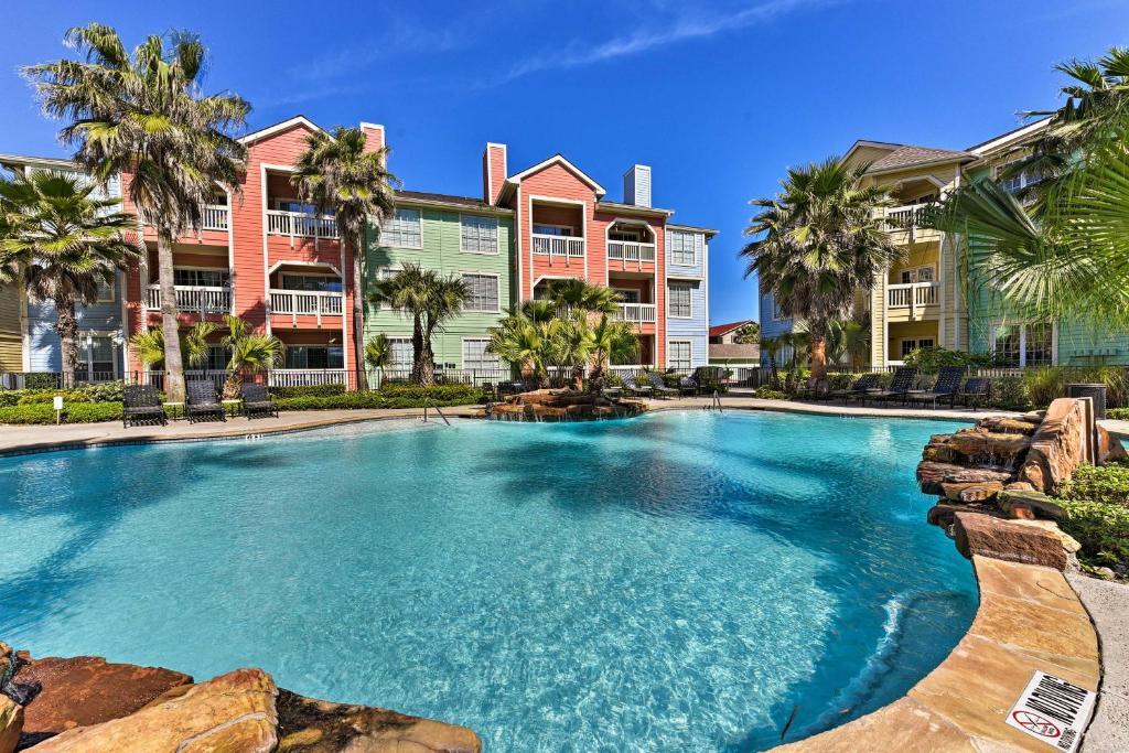 Beachfront Galveston Condo with Pool Access and Balcony