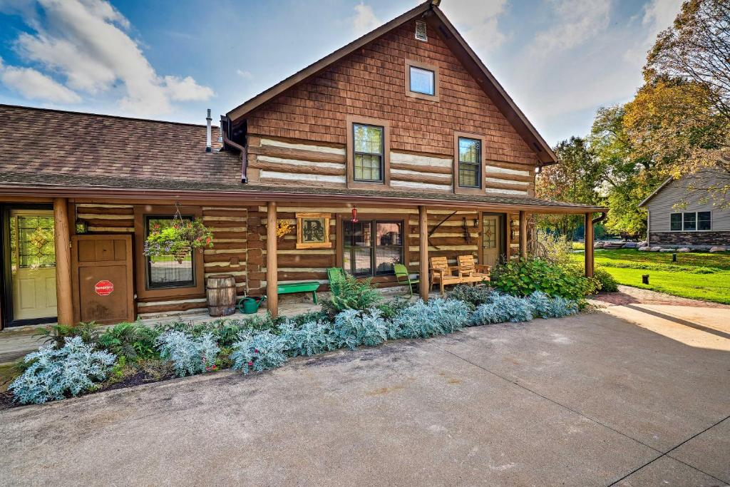 Spacious Log Cabin on the Wolf River with Hot Tub!