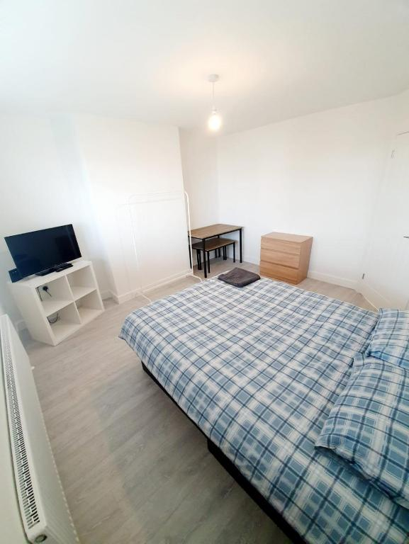 A bed or beds in a room at 3 Bedroom Rayleigh Apartment
