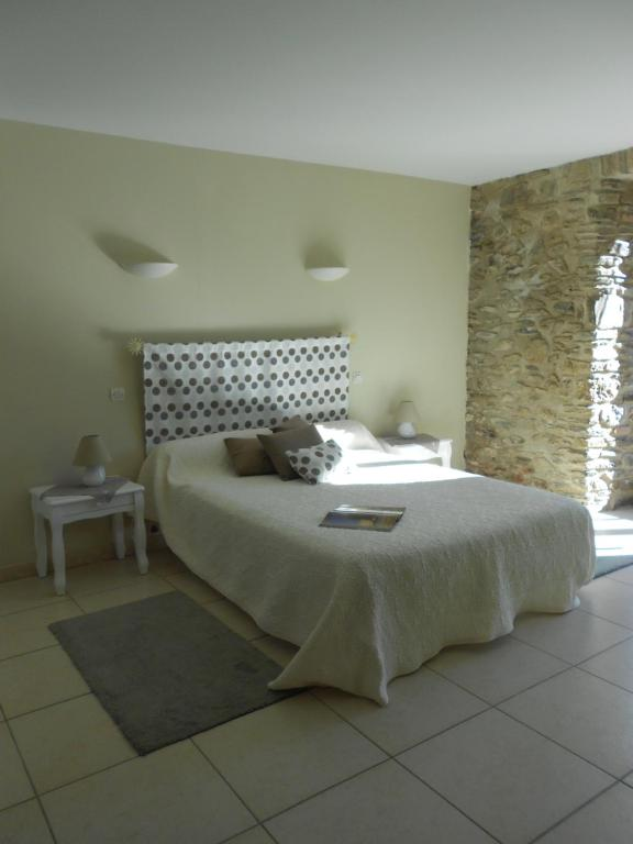 A bed or beds in a room at Mas Rondole - Chambres d'hôtes