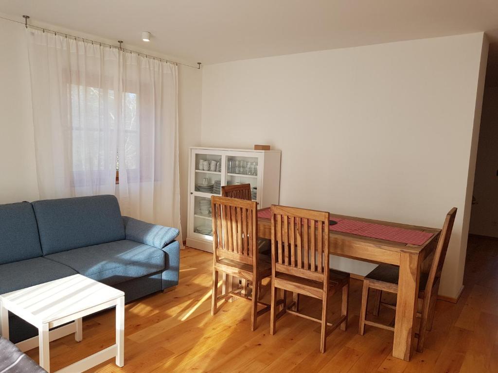 Ein Sitzbereich in der Unterkunft Apartment Eichetwald