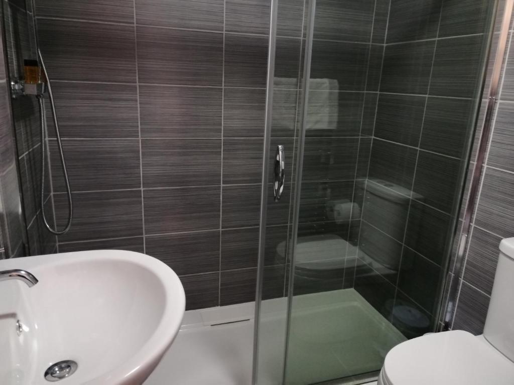 A bathroom at Gillygate Guest House