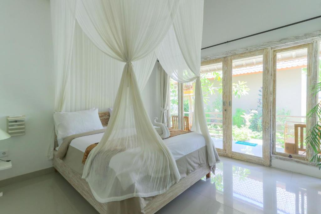 A bed or beds in a room at Angels Bungalow Nusa Penida