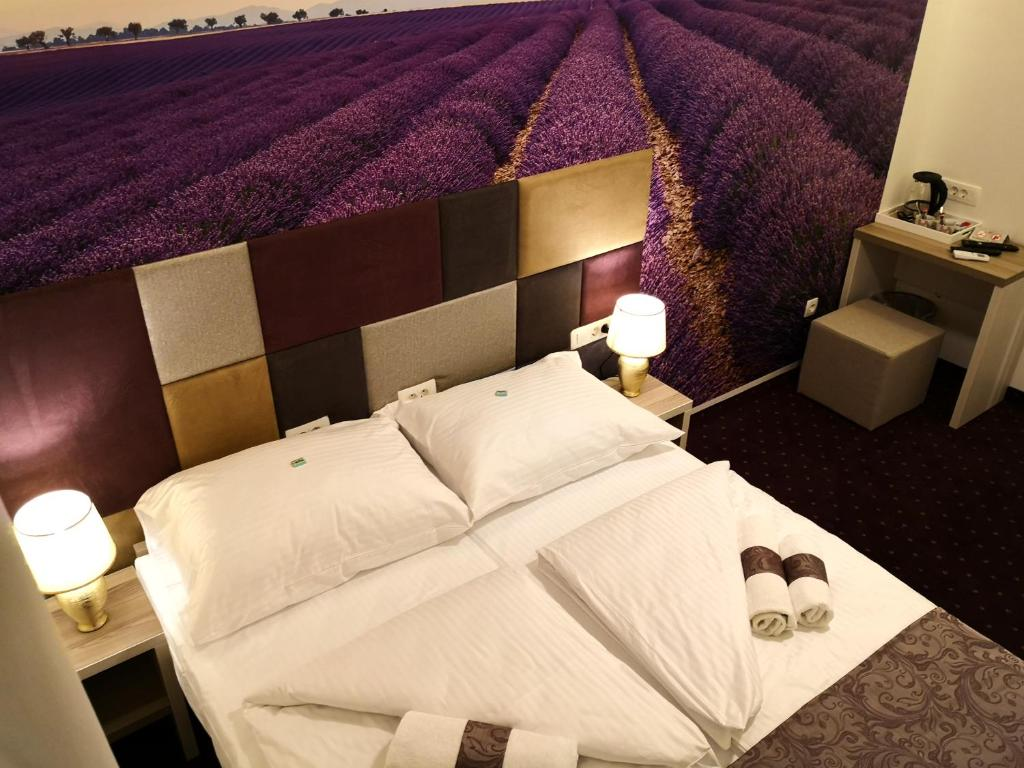 A bed or beds in a room at Hotel Villa Meydan