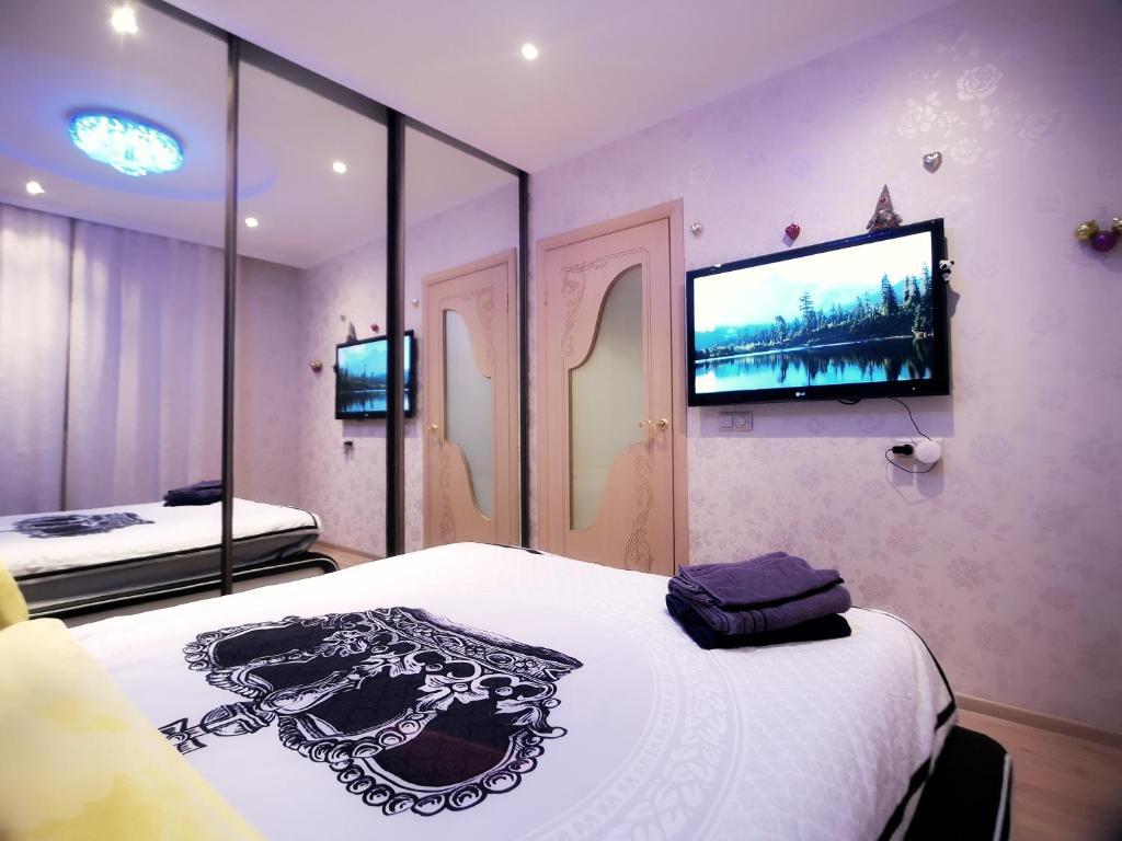 Телевизор и/или развлекательный центр в Romantic Apartment in a Vibrant Metropolis