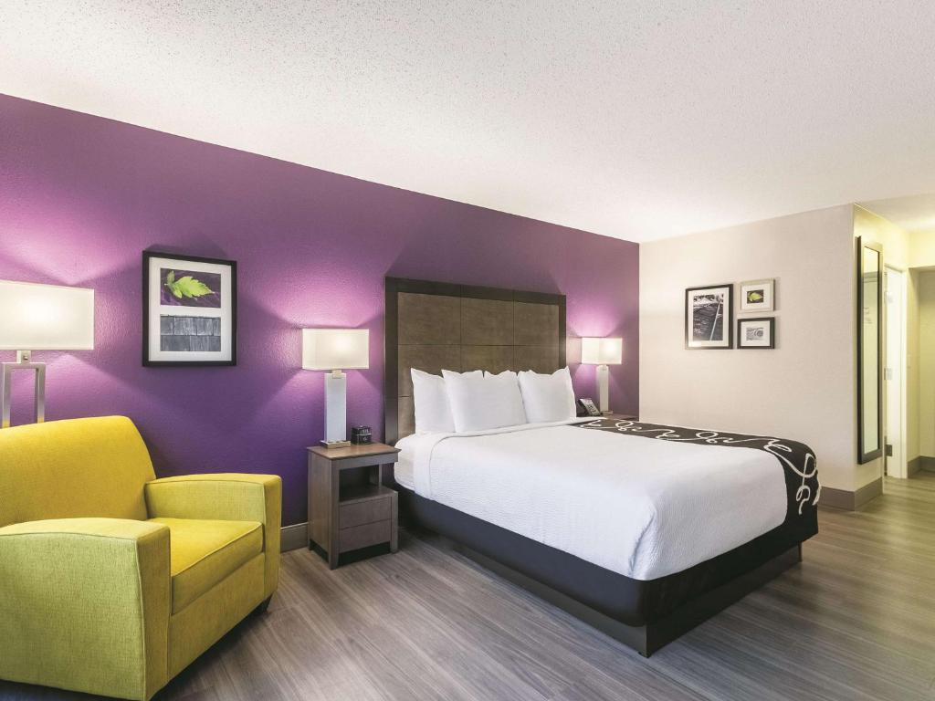 A bed or beds in a room at La Quinta by Wyndham Virginia Beach