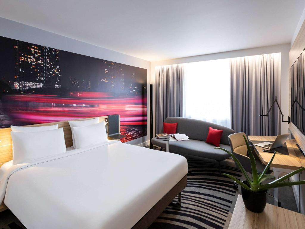 A bed or beds in a room at Novotel Bordeaux Centre Ville