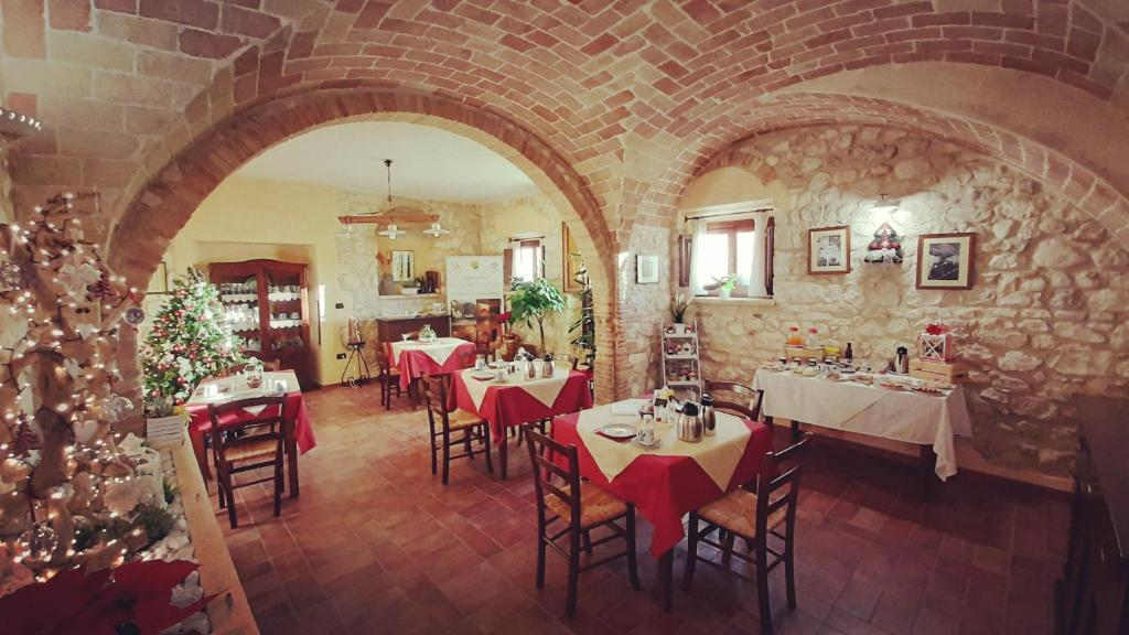 A restaurant or other place to eat at Agriturismo Il Casolare Di Nonno Mario