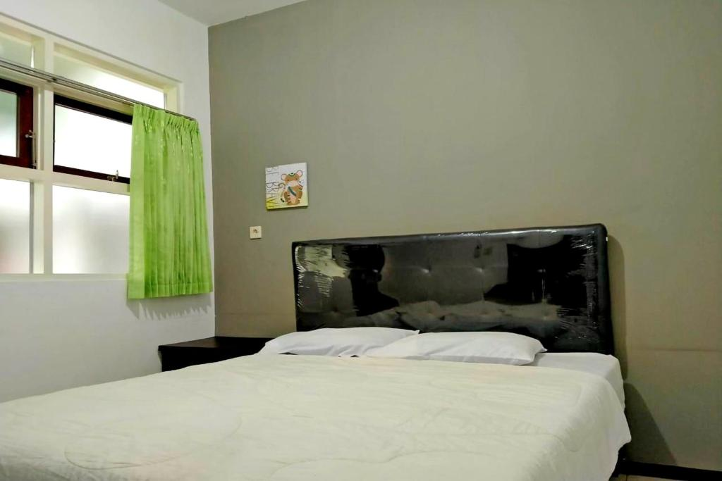 A bed or beds in a room at SPOT ON 2840 Homestay Kepodang