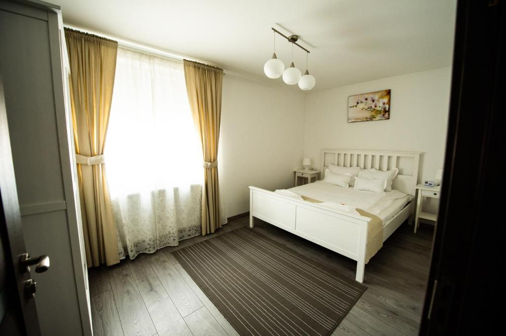 A bed or beds in a room at Montana Popa Boutique Studio