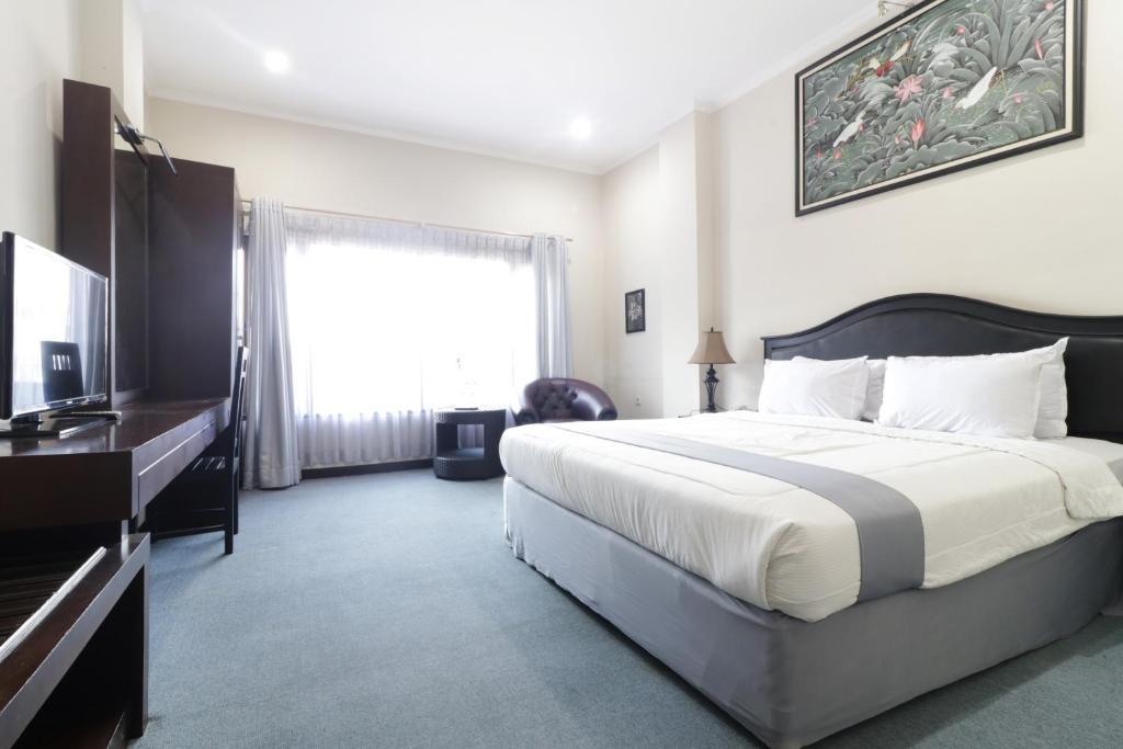 Tempat tidur dalam kamar di HOTEL ANTARIKSA