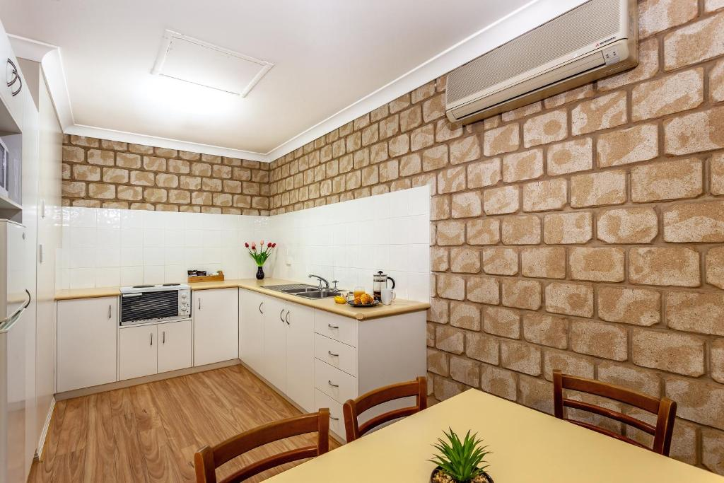 A kitchen or kitchenette at Great Divide Motor Inn