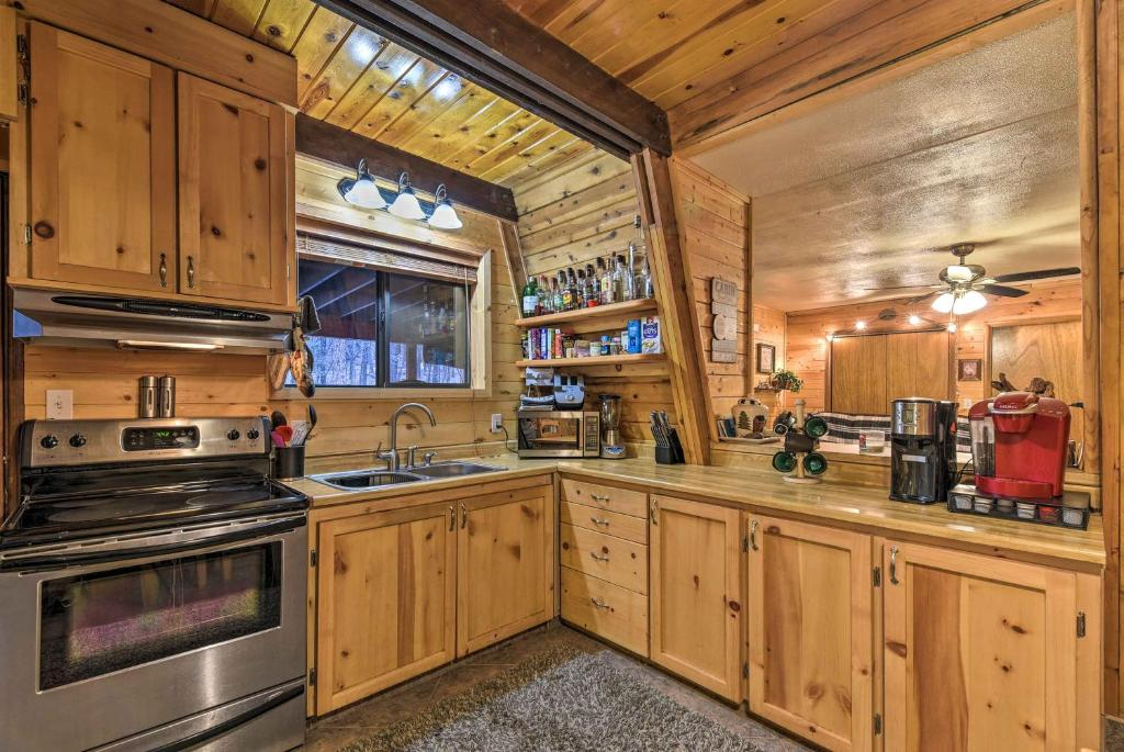 Munds Park Cabin with Furnished Deck & Fire Pit!