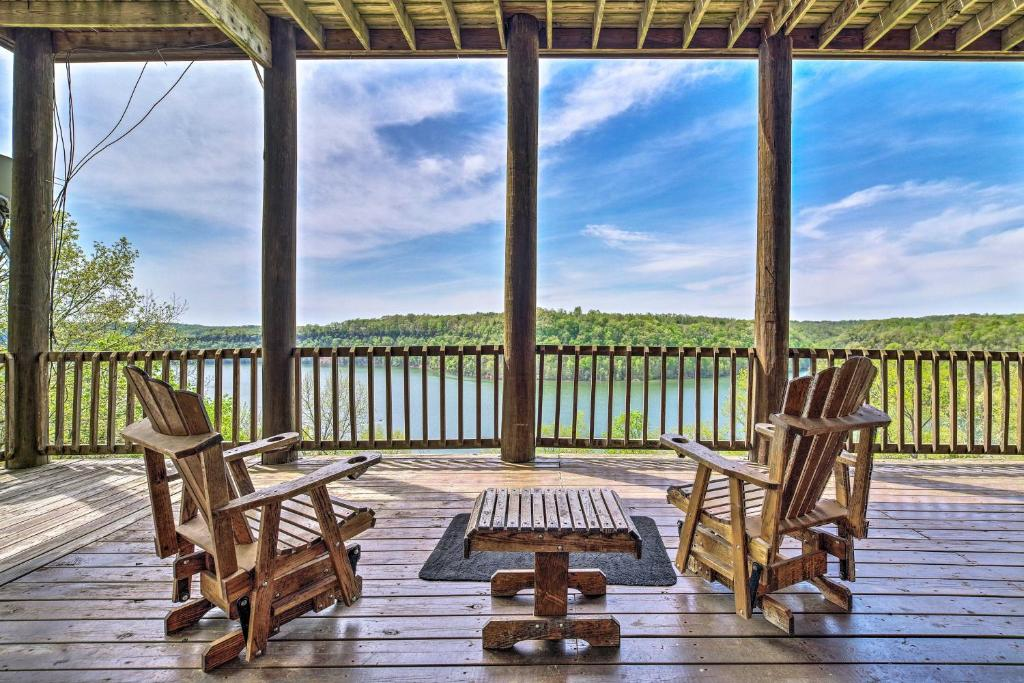 Spacious Cabin on Dale Hollow Lake with Hot Tub!