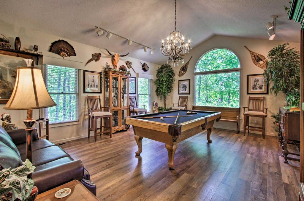 Eclectic Cabin with Hot Tub Less Than 1Mi to Ober Gatlinburg