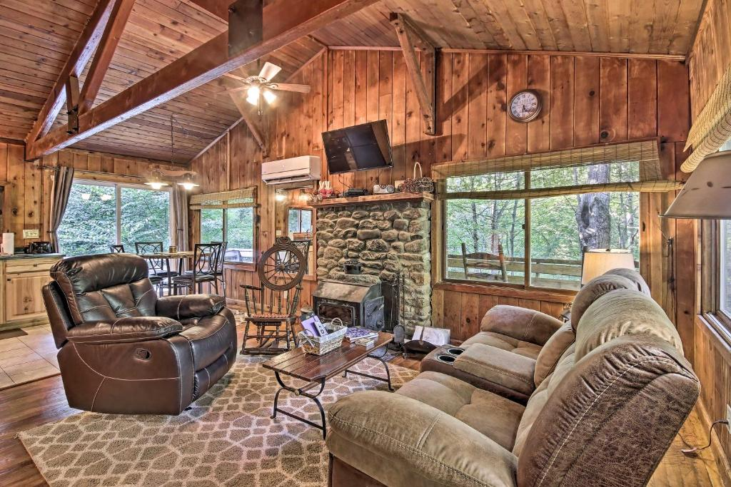 Secluded Stanardsville Cabin with 10 Acres & Hot Tub
