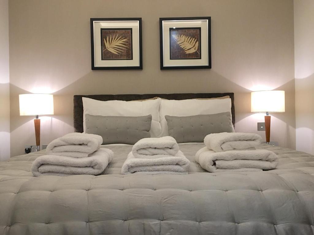 Cama o camas de una habitación en Trafalgar Luxury Suites