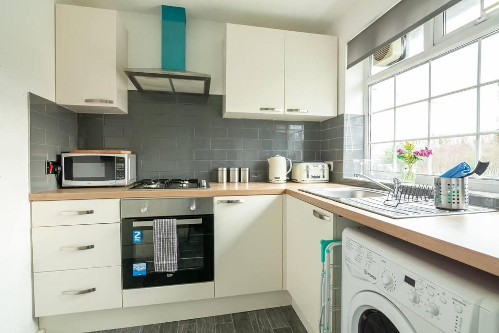 A kitchen or kitchenette at BRIGHT & CLEAN 2 bedroom APT Close to rail links