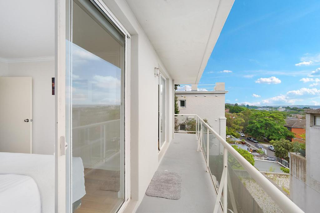 A balcony or terrace at Modern beach pad, panoramic rooftop water views
