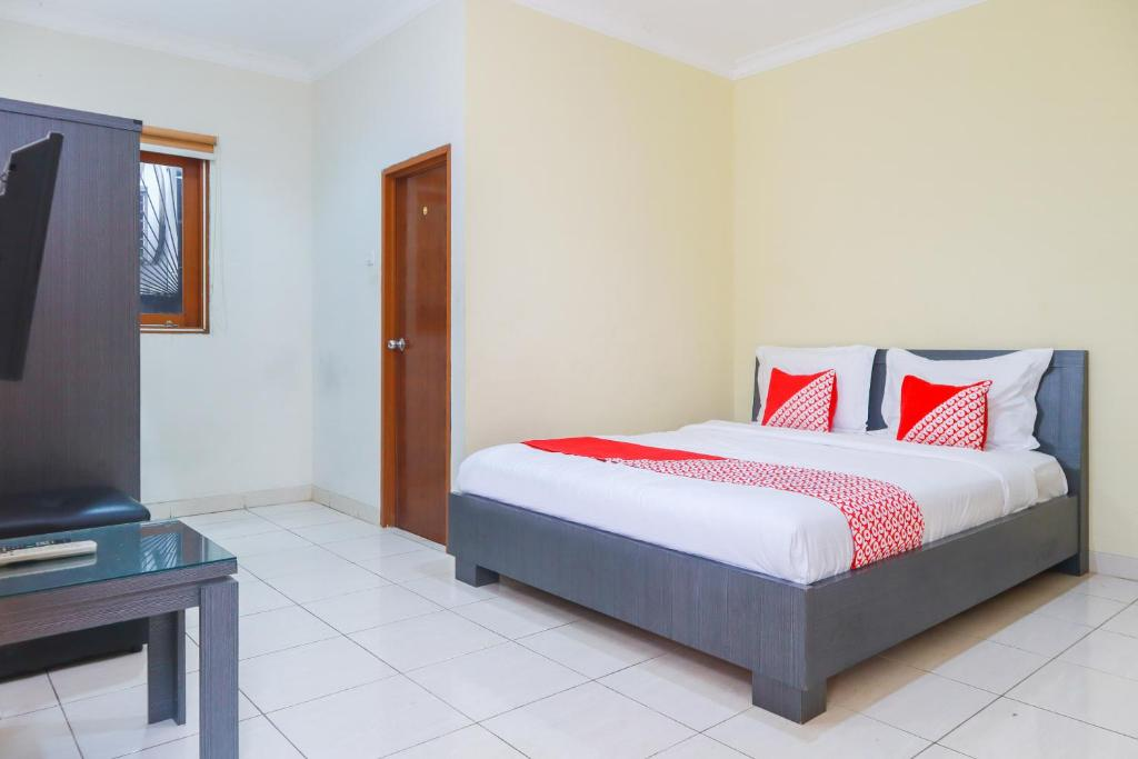 A bed or beds in a room at OYO 2196 Ss Homes