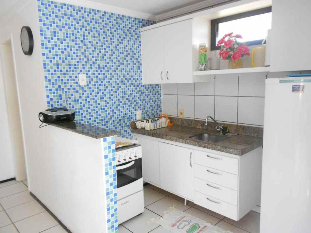 A kitchen or kitchenette at Apartamento Residence Praia Porto Iracema