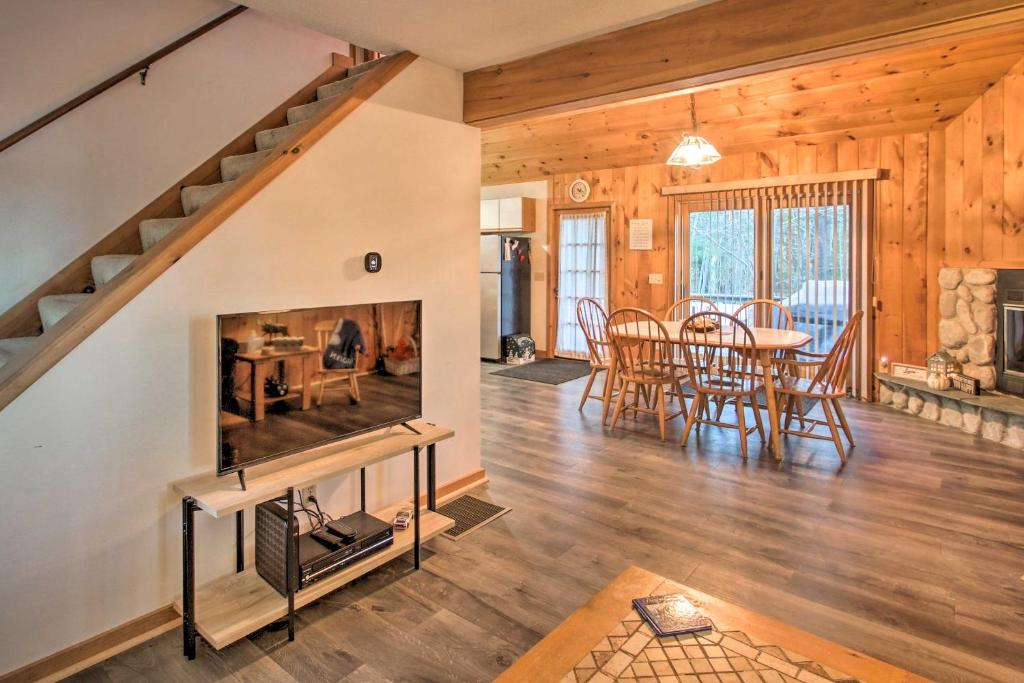 Lakeview Forest Cabin with Deck, Walk to Beach!