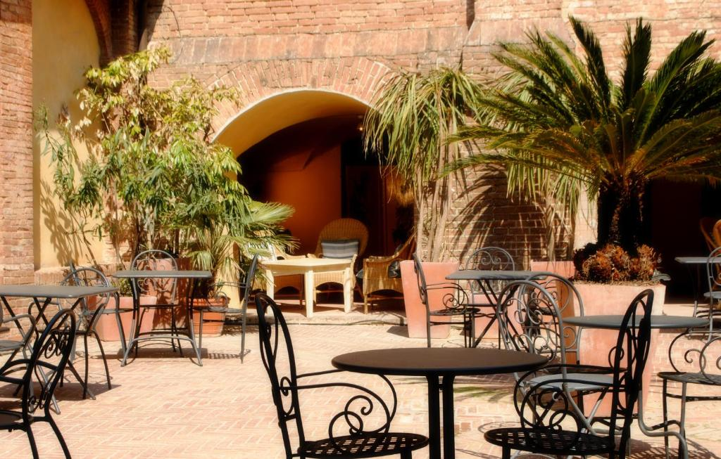 A restaurant or other place to eat at Il Chiostro Del Carmine